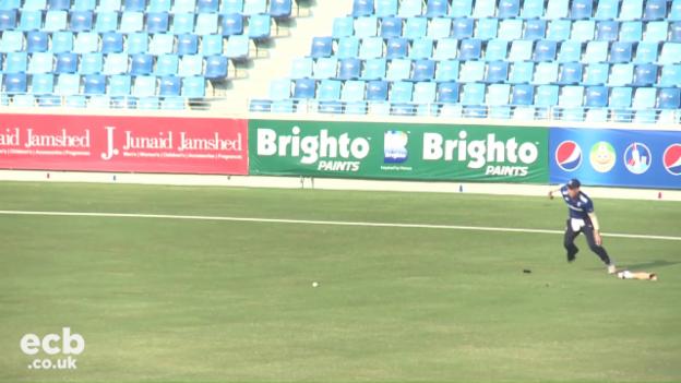 Video «Englands Fielder Thomas verliert Prothese» abspielen