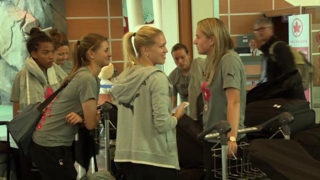 Video «Fussball: Frauen-WM, Nati beim Flughafen Check-In» abspielen