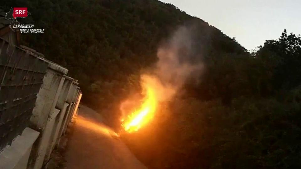 Ein Brandstifter am Werk in Calabritto (Provinz Avellino, 1.9.2020)
