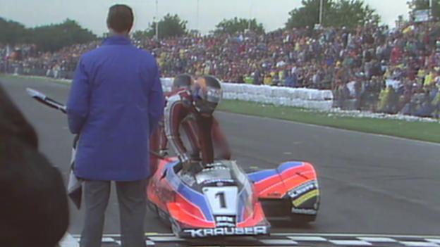 Video «Motorsport: Rolf Biland schiebt seinen Seitenwagen über die Ziellinie» abspielen