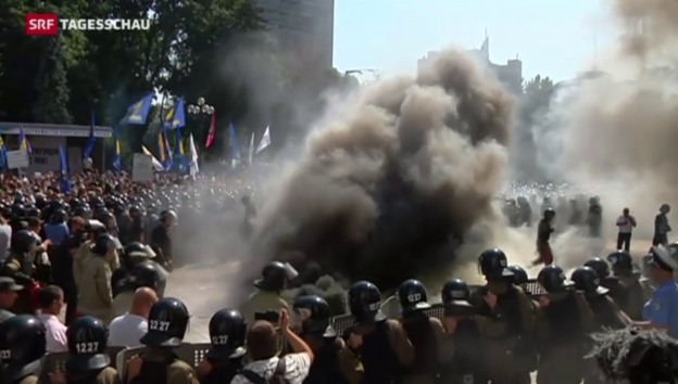 Video «Sprengsätze explodieren in Kiew» abspielen