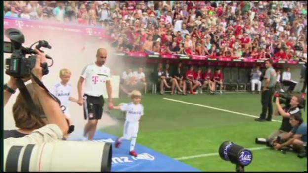 Video «Bayerns Team-Präsentation vor Testspiel gegen Barcelona» abspielen