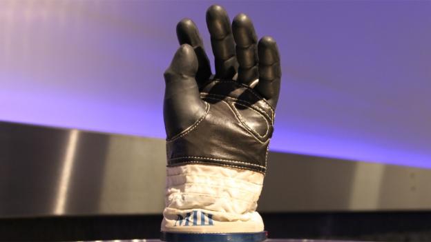 Video «Weltall-Woche Tag 1: Der Astronautenhandschuh» abspielen