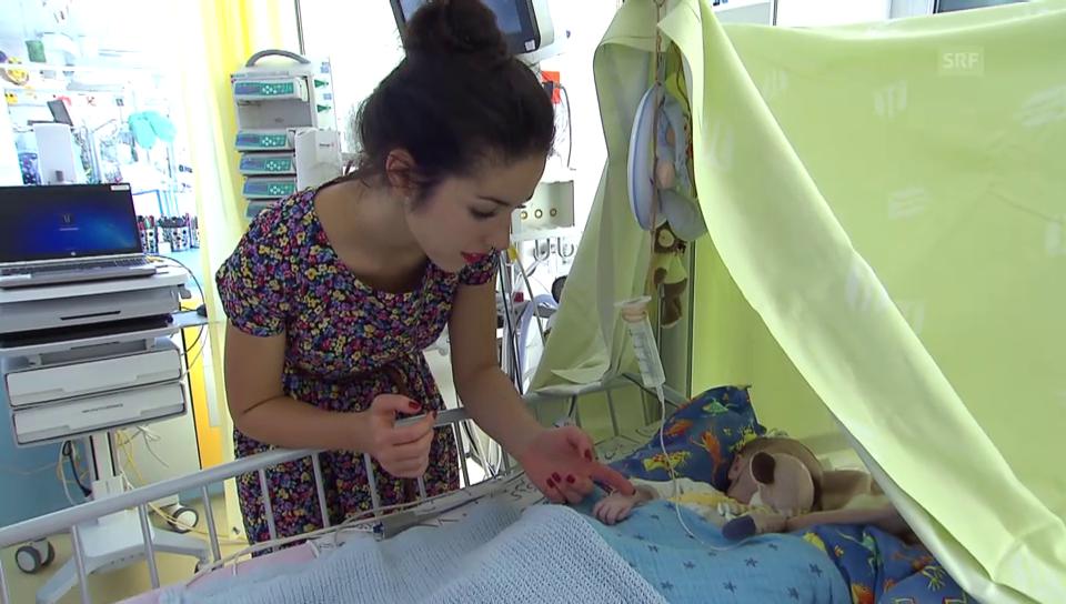 Lauriane Sallin mit einem kleinen Patienten