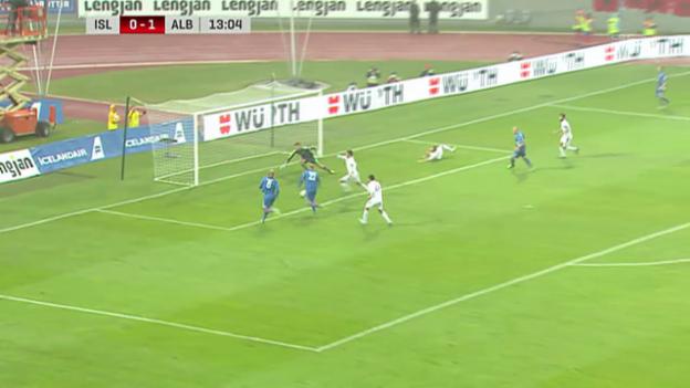 Video «Fussball: Bjarnason mit Lattenschuss und Treffer für Island» abspielen