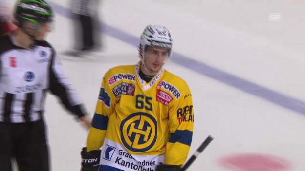 Video «Eishockey: NLA, Freiburg - Davos, Marc Wiesers Check gegen Benjamin Plüss» abspielen