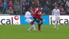 Video «Fussball: Super League, Aarau - Zürich, Wiesers Foul an Yapi» abspielen