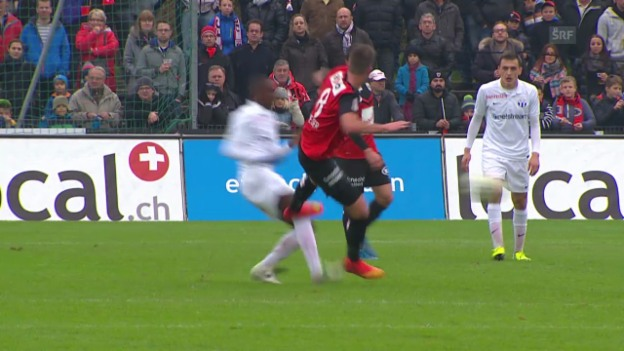 Video «Fussball: Super League, Aarau - Zürich, Wiesers Foul an Yapi» abspielen