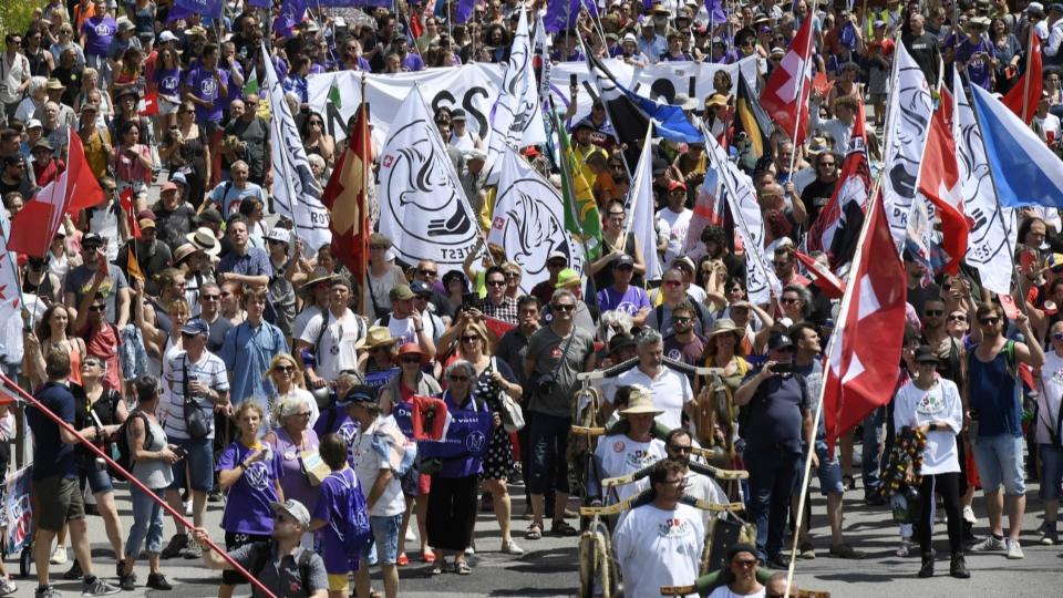 Wer ist der Mann, der Corona-Demonstranten anzeigt?