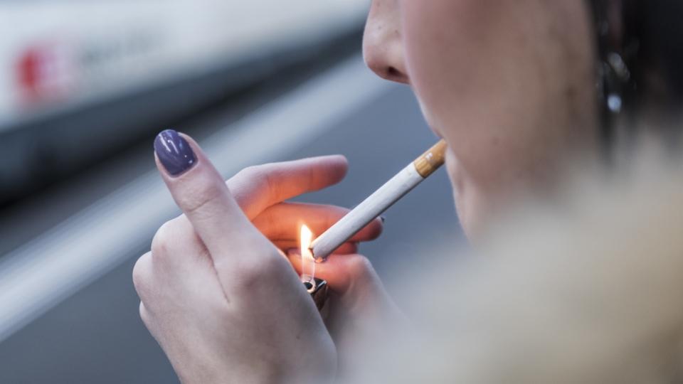 Verkaufsverbot hindere Jugendliche nicht am Rauchen, sagt Ökonom Alois Stutzer im Interview.