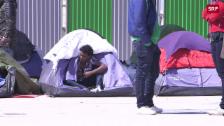 Link öffnet eine Lightbox. Video Gestrandet in Paris: Das Innenministerium hat nun die Räumung der Zeltstädte angeordnet abspielen