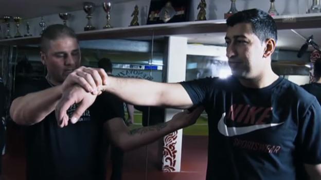 Video «Die Griffe und Kniffs der Türsteher» abspielen