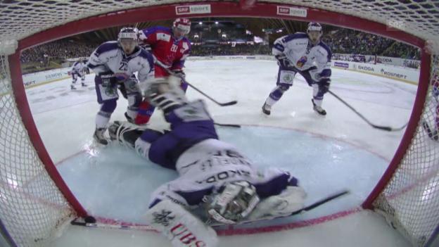 Video «Goalie Sindelar: Save mit dem Stockende («sportlive», 29.12.13)» abspielen