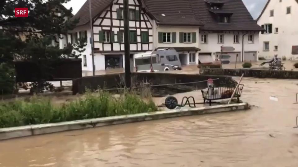Wohnwagen treibt durch die Strassen von Schleitheim (SH)