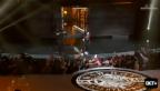 Video «Im Sturzflug: P. Diddy stürzt von der Bühne» abspielen