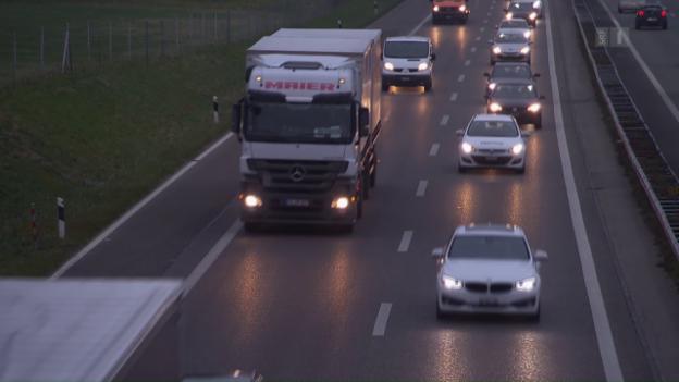 Video «Unsinnige Transporte: Schweizer Rahm wird in Italien abgefüllt» abspielen
