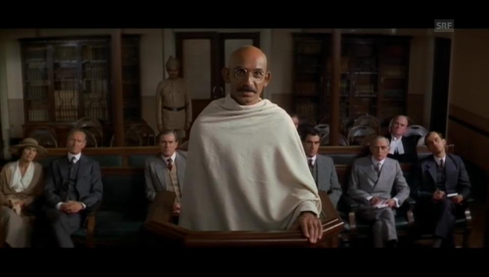 Ben Kingsley steht als Gandhi vor Gericht