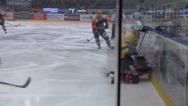 Video «Eishockey: NLA, Freiburg - Davos, Marc Wiesers Foul an Joel Kwiatkowski (unkommentiert)» abspielen