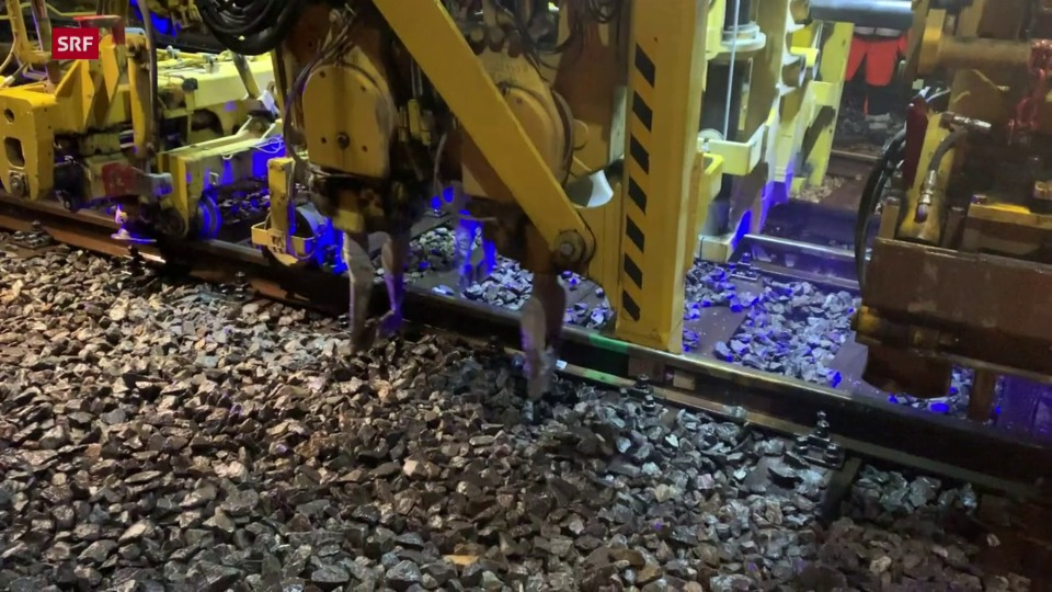 Die Stopf-Pickel in Aktion. Zuerst wird das Gleis angehoben, die Stopf-Pickel verdichten den Schotter anschliessend wieder unter den Schwellen.