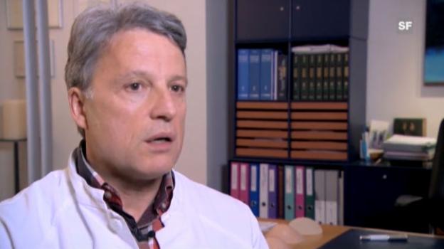 Video «Dr. Yves Brühlmann erklärt, was jede Patientin ihren Chirurgen vor einer Brustvergrösserung fragen sollte.» abspielen