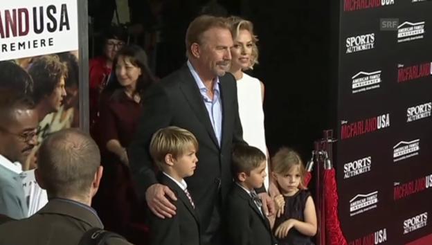 Video «Kevin Costner mit Familie auf dem roten Teppich» abspielen