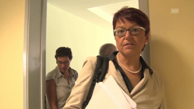 Video «Inge Grässle begutachtet eine Bauruine in Thessaloniki» abspielen