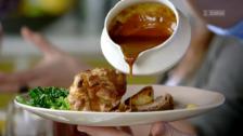 Link öffnet eine Lightbox. Video Clever kochen mit Jamie Oliver – Ochsenbrust, Fischauflauf und Pizza abspielen.