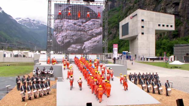 Video «Das Theaterspektakel zur Gottharderöffnung (Südportal)» abspielen