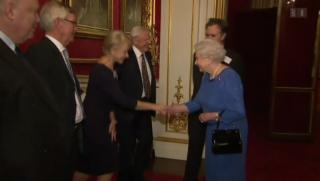 Video «Helen Mirren trifft auf ihr Alter Ego – Königin Elisabeth II. » abspielen