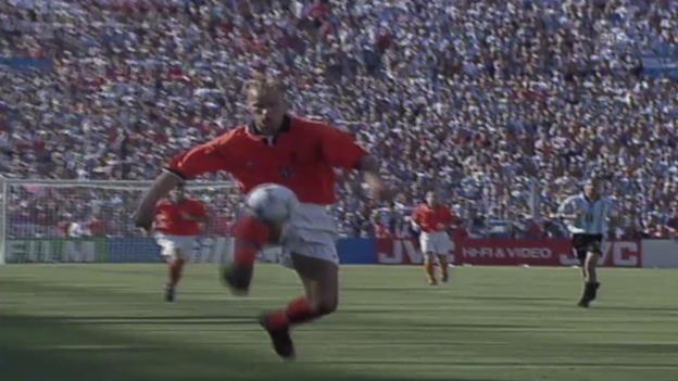 Video «Fussball: Dennis Bergkamps Tor gegen Argentinien» abspielen