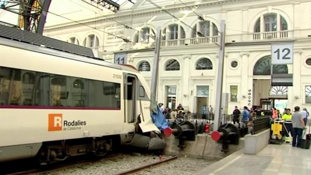 Video «S-Bahn-Unfall in Barcelona (unkommentiert)» abspielen