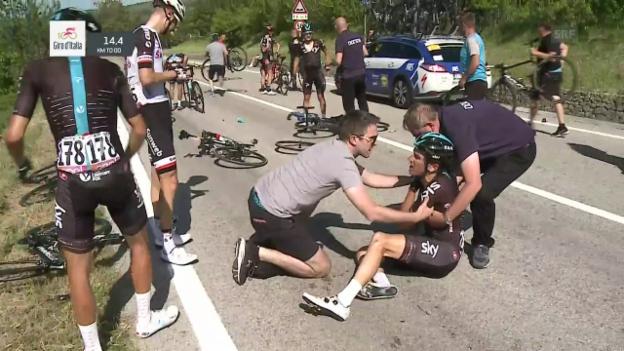 Video «Ein Motorrad löst einen Sturz beim Giro aus» abspielen