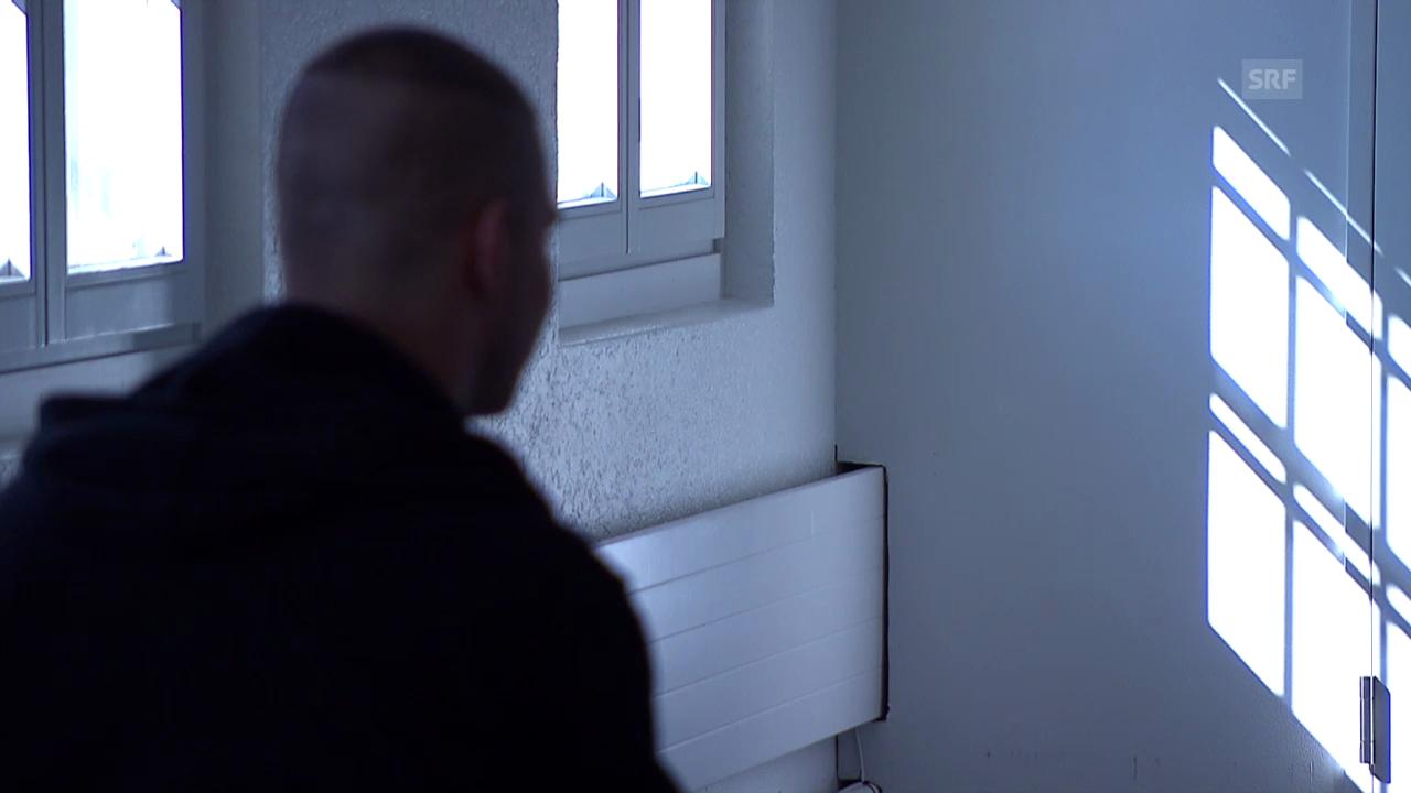 Simon Christen im Gespräch mit einem jungen Straftäter