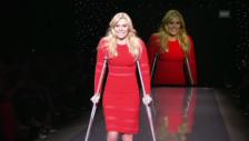 Video «Lindsey Vonn mit Krücken auf dem Laufsteg» abspielen