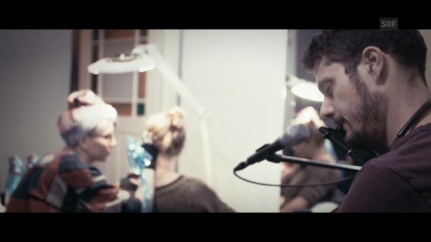 Video «Tobias Carshey performt «Skin» im Tattoo-Studio» abspielen