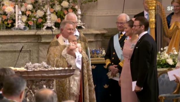 Video «Taufe von Prinzessin Estelle in Stockholm (unkomm.)» abspielen