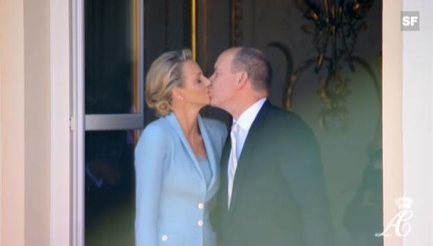 Video «Albert und Charlene: Der Kuss auf dem Balkon (unkommentiertes Video)» abspielen