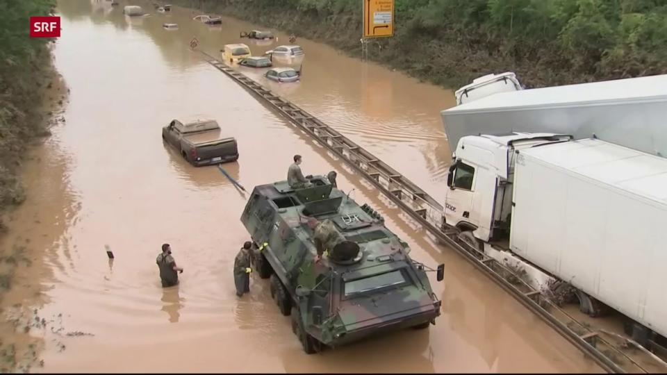 Militär räumt überflutete Strasse bei Erftstadt (D)