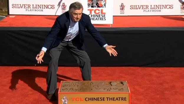 Video «Robert de Niro verewigt sich vor dem Chinese Theatre (unkomm. Video)» abspielen