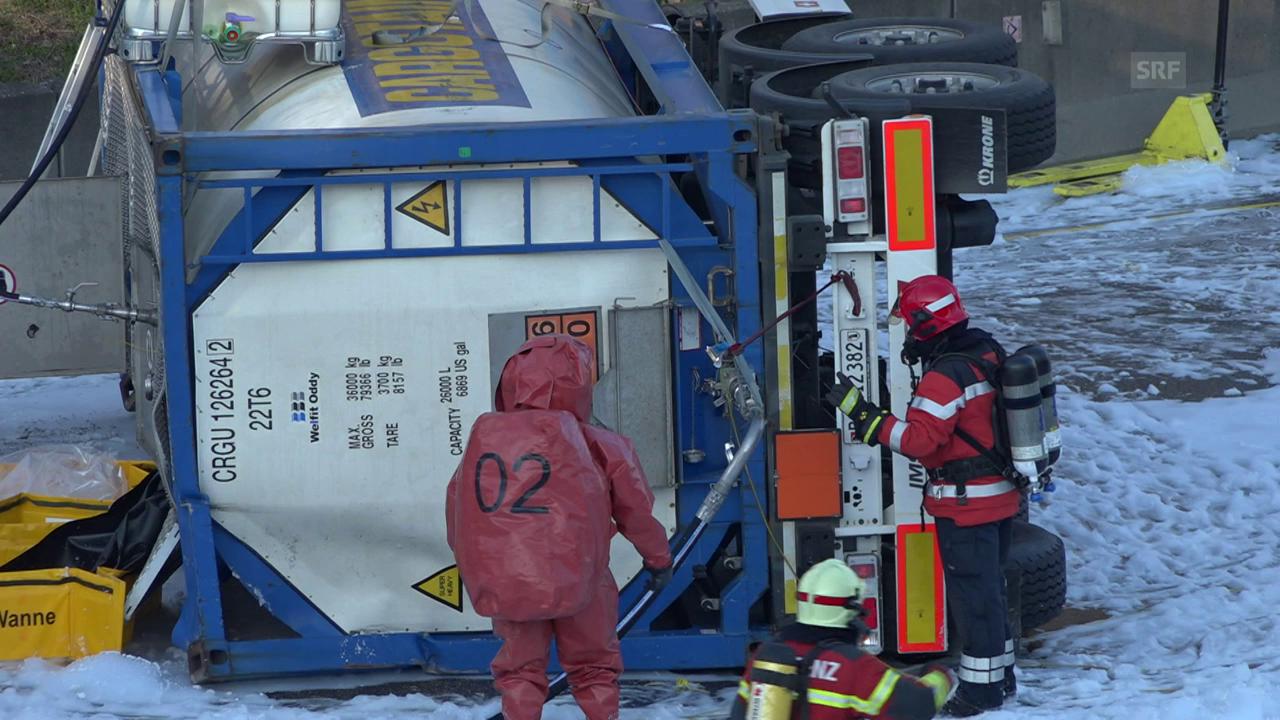 Bergungsarbeiten auf der A2 bei Muttenz (BL)
