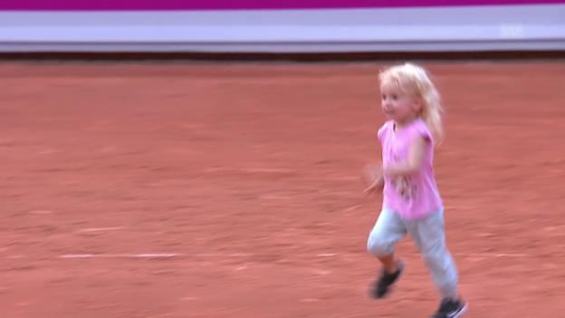 Video «Schnyders Töchterchen rennt quer über den ganzen Platz» abspielen