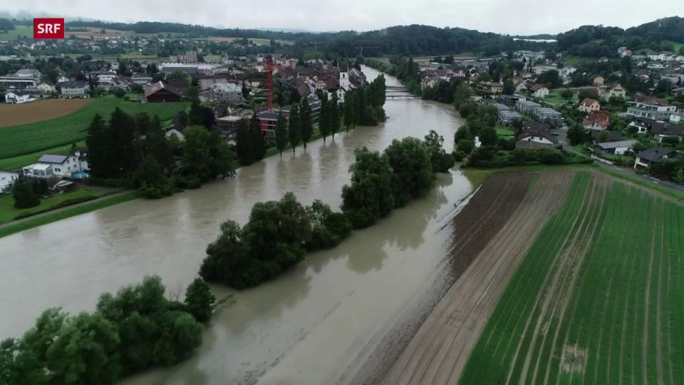 Mellingen (AG): Reuss tritt weit über die Ufer
