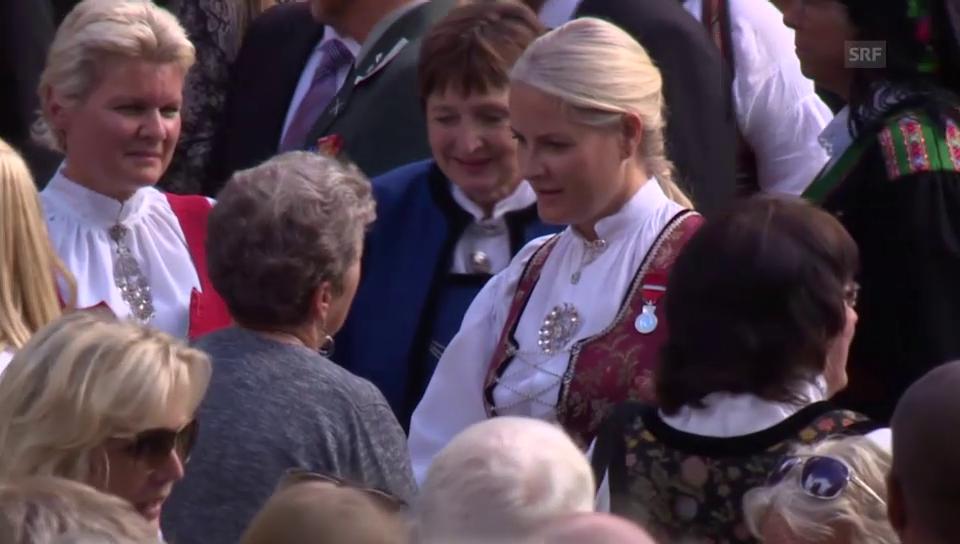 Die Königsfamilie besucht das Fest
