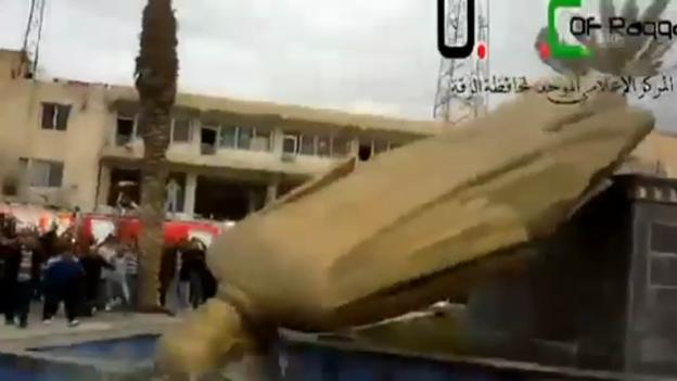 Video «Zerstörung der Statue von Hafes al-Assad (unkomm.)» abspielen