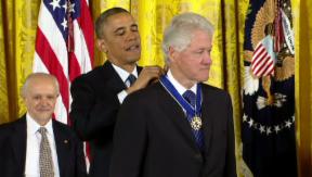 Video «Mit Medaillen glänzen: Bill Clinton und Oprah Winfrey geehrt» abspielen