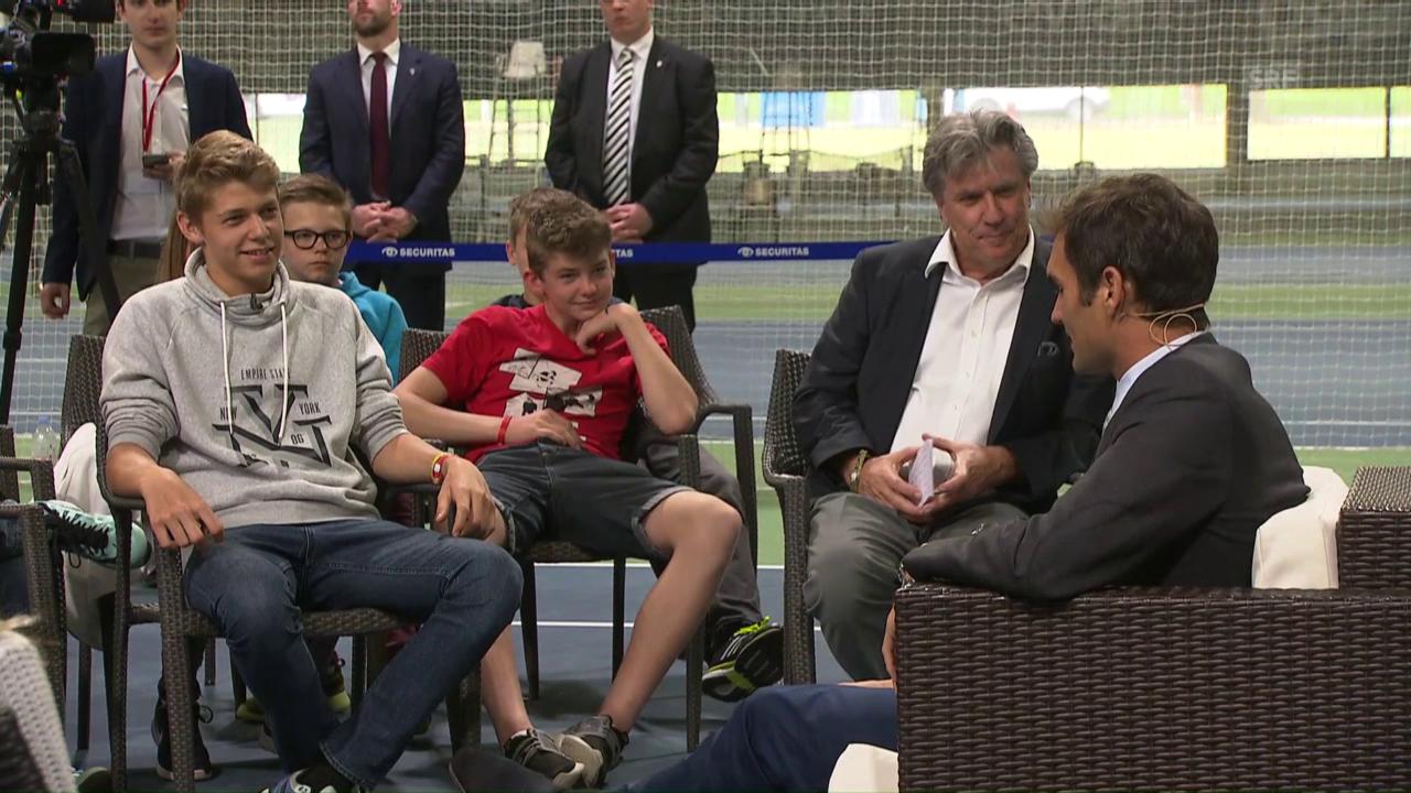 Federer gibt den Swiss-Tennis-Kindern Tipps