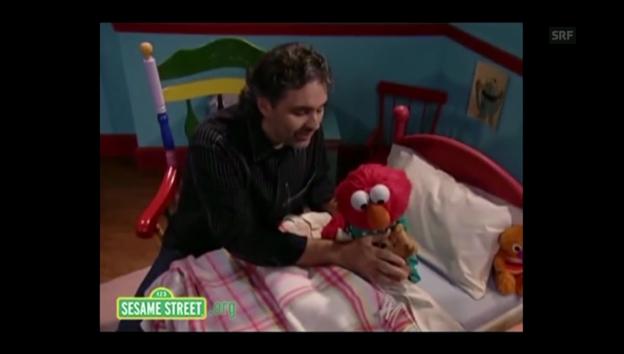 Video «Andrea Bocelli singt ein Gutenacht-Lied für Elmo» abspielen