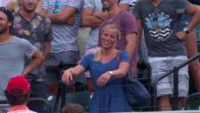 Video «Timea Bacsinszky im Platzinterview nach dem Sieg gegen Simona Halep» abspielen