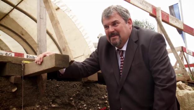 Video «Archäologen buddeln aus - Bestatter buddeln ein.» abspielen