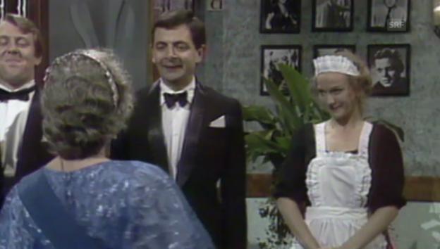 Video «Mr.Bean von der Queen geehrt» abspielen